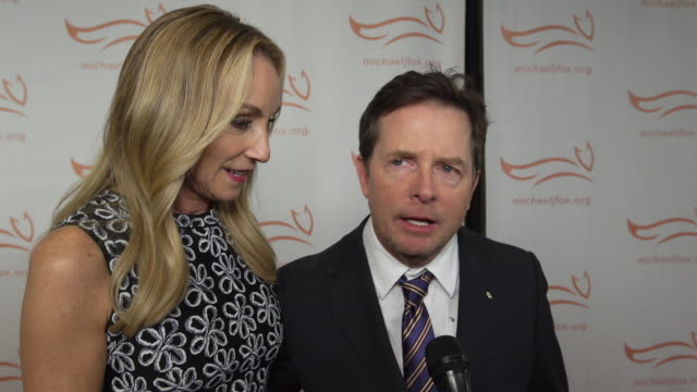 stockvideo's en b-roll-footage met michael j. fox and tracy pollan talk about being honored by variety, the growth of the foundation, and their family at the a funny thing happened on... - tracy pollan
