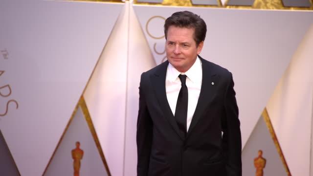 vídeos y material grabado en eventos de stock de michael j. fox at 89th annual academy awards - arrivals at hollywood & highland center on february 26, 2017 in hollywood, california. 4k available -... - michael j. fox