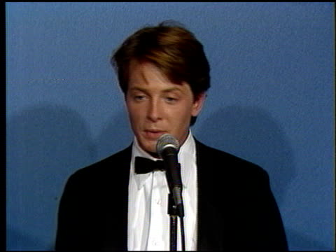 vídeos de stock, filmes e b-roll de michael j fox at the 1986 emmy awards at the pasadena civic auditorium in pasadena california on september 21 1986 - 1986