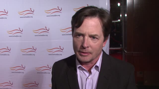 vídeos y material grabado en eventos de stock de michael j. fox says how muhammad ali is the heart of what he's doing, says ryan reynolds couldn't be here tonight but did a pre-recorded piece. at... - michael j. fox