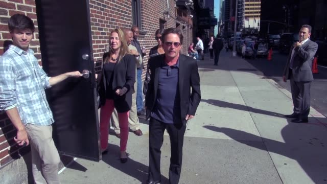 vídeos y material grabado en eventos de stock de michael j. fox signs autographs for fans as he departs the 'late show with david letterman' in new york 09/08/11 at the celebrity sightings in new... - michael j. fox