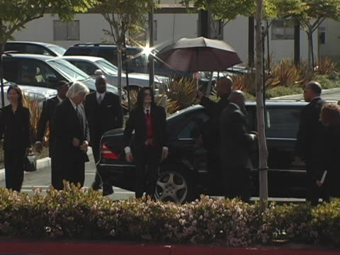 michael jackson and thomas mesereau jr. at the funeral of johnnie l. cochran, jr. arrivals at west angeles cathedral in los angeles, ca. - ジョニー コクラン点の映像素材/bロール