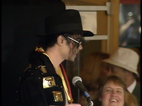 michael jackson at podium outside guinness museum saying, thank you to fans & speaking w/ norris mcwhirter. ca - マイケル・ジャクソン点の映像素材/bロール