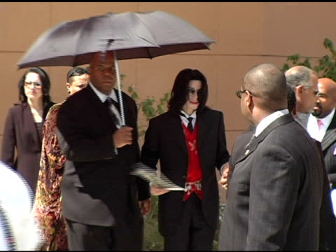 michael jackson at the funeral of johnnie l cochran, jr arrivals at west angeles cathedral in los angeles, california on april 6, 2005. - マイケル・ジャクソン点の映像素材/bロール