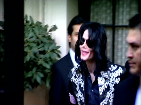 michael jackson leaves hotel on morning of announcement of 'this is it' concert dates london; 05 march 2009 - マイケル・ジャクソン点の映像素材/bロール