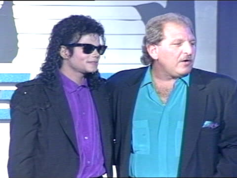 vídeos de stock, filmes e b-roll de michael jackson sandy saemann on stage in hollywood palladium posing together for press photographs jackson shaking hands walking off stage - cantora