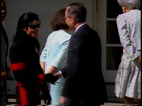 vídeos de stock e filmes b-roll de michael jackson sunglasses president george hw bush shaking hands at white house rose garden waving to press walking toward entrance w/ dorothy... - jardim das rosas da casa branca