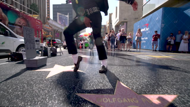 stockvideo's en b-roll-footage met michael jackson tribute dancer - hollywood walk of fame