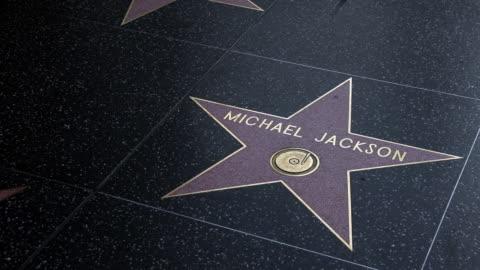 vídeos y material grabado en eventos de stock de michael jackson's star on hollywood's walk of fame in los angeles, california, u.s., on thursday, april 2, 2020. the u.s. west coast is offering... - paseo de la fama