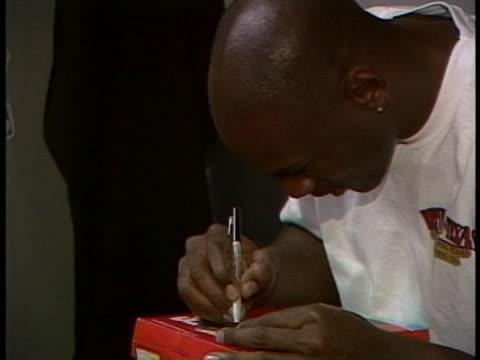 michael jordan signing an autograph - autogramm stock-videos und b-roll-filmmaterial