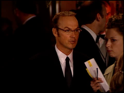 vídeos y material grabado en eventos de stock de michael keaton at the 1999 academy awards vanity fair party at morton's in west hollywood california on march 21 1999 - 71ª ceremonia de entrega de los óscars