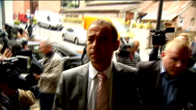 not guilty verdict court arrivals england manchester photography *** gvs car along / michael le vell out of car and through media scrum into court... - マイケル レ ベル点の映像素材/bロール