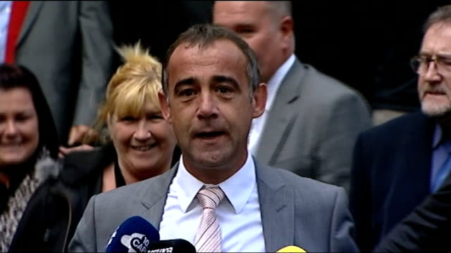 not guilty verdict england manchester manchester crown court photography*** michael le vell leaving court and making victory air punch to cheering... - マイケル レ ベル点の映像素材/bロール