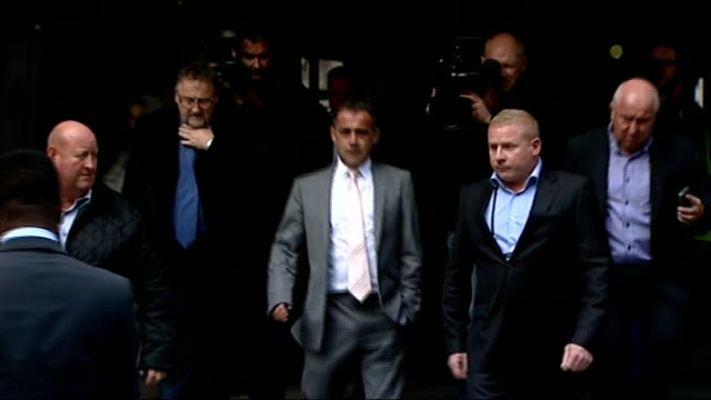 not guilty verdict england manchester manchester crown court throughout*** michael le vell leaving court and making victory air punch to cheering and... - マイケル レ ベル点の映像素材/bロール