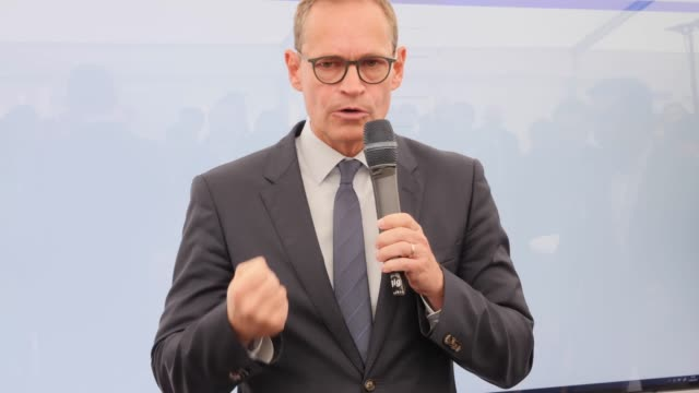 michael mueller mayor of berlin attends a press conference to inaugurate a test route for autonomous vehicles on strasse des 17 juni street in the... - juni bildbanksvideor och videomaterial från bakom kulisserna