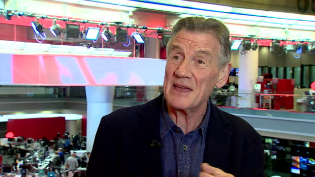 michael palin praising ronnie corbett's and ronnie barker's comic timing - monty python stock-videos und b-roll-filmmaterial