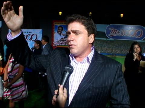 michael rispoli on bernie mac at the 'mr 3000' los angeles premiere arrivals at the el kapitan theater in hollywood, california on september 8, 2004. - バーニー マック点の映像素材/bロール
