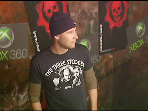 michael rosenbaum at the xbox 360 'gears of war' launch at hollywood forever cemetery in los angeles, california on october 25, 2006. - ギアーズオブウォー点の映像素材/bロール