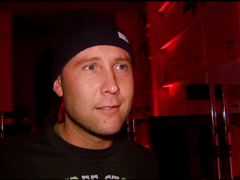 michael rosenbaum on x box, video games, and the party at the xbox 360 'gears of war' launch at hollywood forever cemetery in los angeles, california... - ギアーズオブウォー点の映像素材/bロール