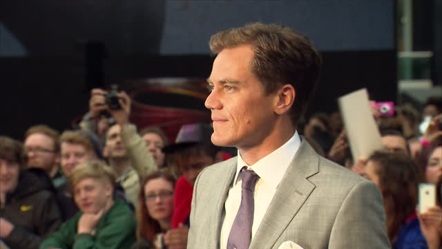 vídeos y material grabado en eventos de stock de michael shannon posing for photo op and signing autographs on red carpet of new superman film man of steel in leicester square michael shannon walks... - superman superhéroe