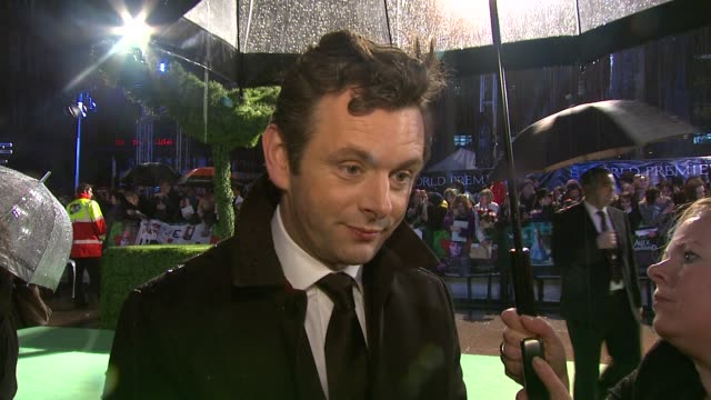 michael sheen on tim asking him to be in the movie; on playing a rabbit; on being familar with the story since being a child at the alice in... - michael sheen bildbanksvideor och videomaterial från bakom kulisserna
