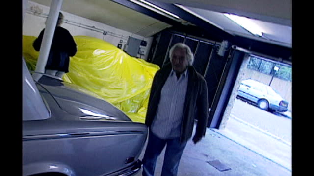 michael winner dies aged 77 lib london int michael winner towards into garage past bentley car as jokes about crashing it sot - マイケル ウィナー点の映像素材/bロール