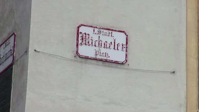 michaelerplatz in vienna - straßenschild stock-videos und b-roll-filmmaterial