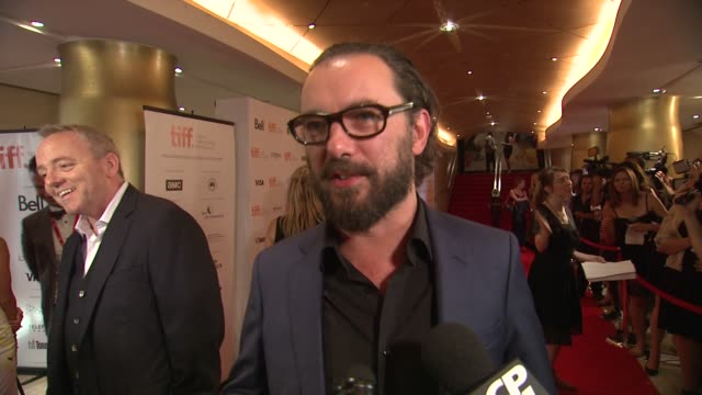 vídeos de stock e filmes b-roll de interview michaël r roskam on bringing this story to life the experience of directing james gandolfini and what it means to have the drop premiere... - dirigir