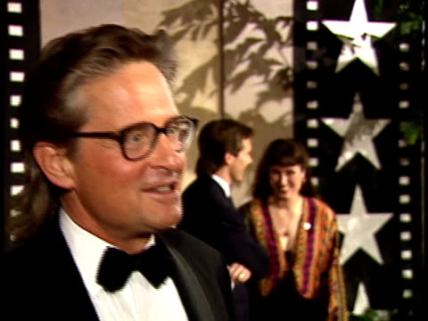 vídeos de stock, filmes e b-roll de micheal douglas walk down red carpet and talks to reporters about favorite jack nicholson - american film institute