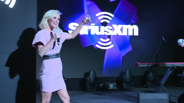 """michelle collins invites jenny mccarthy up on stage for a special suprise at the sirius xm launches """"dial up the moment"""" feat charlie puth at penn... - ジェニー・マッカーシー点の映像素材/bロール"""