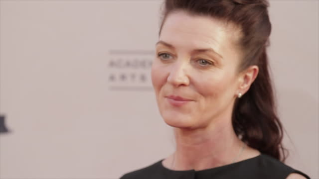 michelle fairley posing and moving along the red carpet at the tlc chinese theater - tlc chinese theater bildbanksvideor och videomaterial från bakom kulisserna