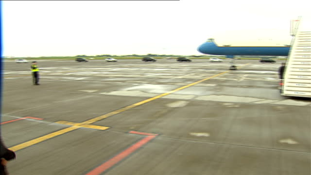 Michelle Obama and daughters arrive in Dublin REPUBLIC OF IRELAND Dublin Dublin Airport EXT US government Boeing C32 aircraft carrying US First Lady...