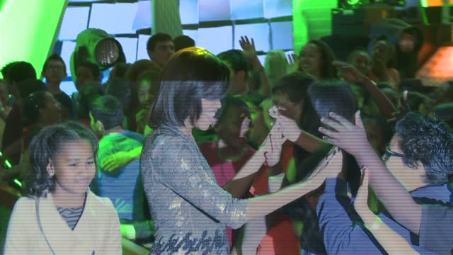 michelle obama greet fans at nickelodeon's 25th annual kids' choice awards on 3/31/12 in los angeles ca - nickelodeon kid's choice awards video stock e b–roll