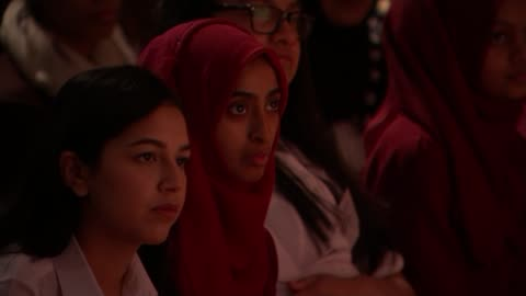 michelle obama visits london girls school; england: london: tower hamlets: mulberry school for girls: int michelle obama speech sot - i see a room... - besök bildbanksvideor och videomaterial från bakom kulisserna