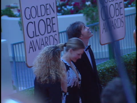 vidéos et rushes de michelle pfeiffer at the golden globes 98 at beverly hilton hotel, beverly hills in beverly hills, ca. - the beverly hilton hotel