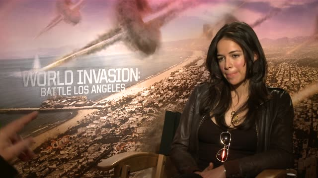 vídeos de stock e filmes b-roll de michelle rodriguez on her perspective about aliens and what kind of tomboy she actually is - extraterrestre