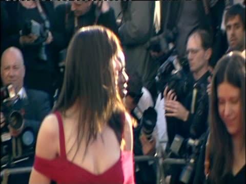 vidéos et rushes de michelle ryan walks red carpet at british academy television awards london 26 april 2009 - robe rouge