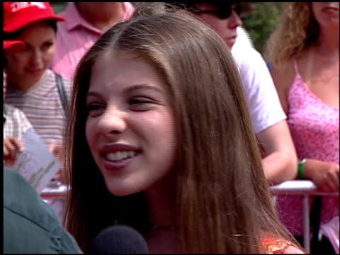 michelle trachtenberg at the disney's 'the kid' premiere on june 25, 2000. - ミシェル・トラクテンバーグ点の映像素材/bロール