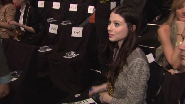 michelle trachtenberg at the front row of rebecca minkoff fall 2011 collection during mercedes-benz fashion week fall 2011 at the rebecca minkoff -... - ミシェル・トラクテンバーグ点の映像素材/bロール