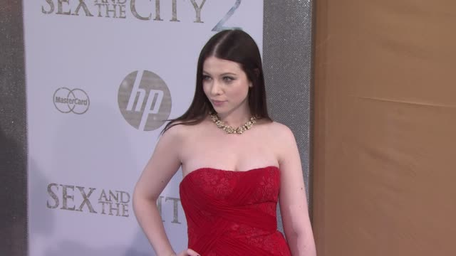 michelle trachtenberg at the 'sex and the city 2' new york premiere - arrivals at new york ny. - ミシェル・トラクテンバーグ点の映像素材/bロール