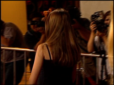 michelle trachtenberg at the 'urban legends: final cut' premiere on september 19, 2000. - ミシェル・トラクテンバーグ点の映像素材/bロール