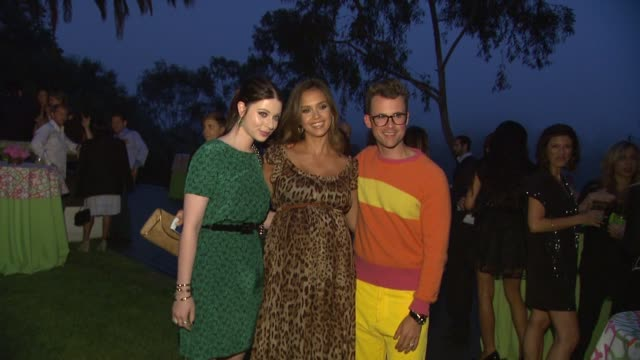 michelle trachtenberg, jessica alba at the lucky's september cover star, jessica alba, celebrates with lucky & thisnext.com at pacific palisades ca. - ミシェル・トラクテンバーグ点の映像素材/bロール
