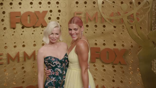 vídeos de stock, filmes e b-roll de michelle williams and busy philipps at the 71st emmy awards arrivals at microsoft theater on september 22 2019 in los angeles california - michelle williams