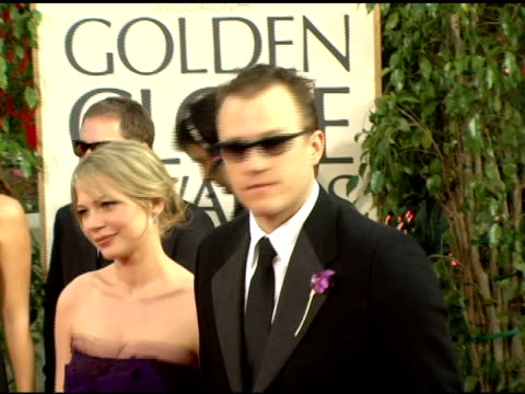 vídeos de stock, filmes e b-roll de michelle williams and heath ledger at the 2006 golden globe awards arrivals at the beverly hilton in beverly hills, california on january 16, 2006. - heath ledger