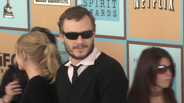 vídeos de stock, filmes e b-roll de michelle williams and heath ledger at the the 21st annual ifp independent spirit awards in santa monica, california on march 4, 2006. - heath ledger