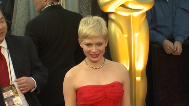vídeos de stock, filmes e b-roll de michelle williams at 84th annual academy awards arrivals on 2/26/12 in hollywood ca - michelle williams
