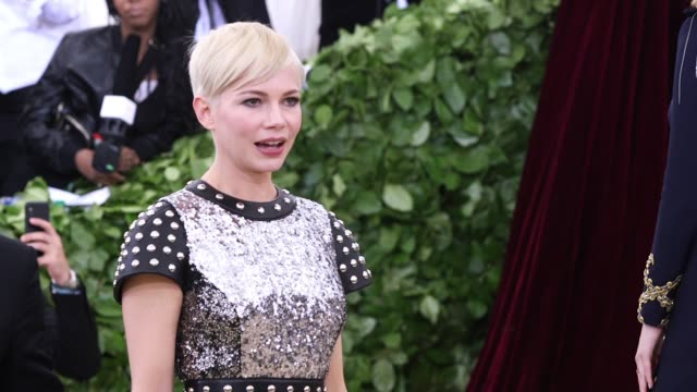 vídeos de stock, filmes e b-roll de fashion the catholic imagination costume institute gala at the metropolitan museum of art on may 07 2018 in new york city - michelle williams