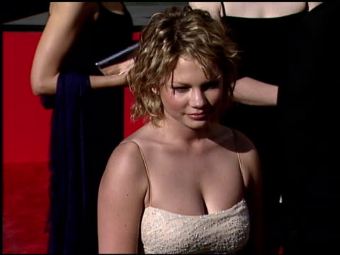vídeos y material grabado en eventos de stock de michelle williams at the 1999 emmy awards at the shrine auditorium in los angeles, california on september 12, 1999. - 1999
