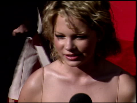 vídeos de stock, filmes e b-roll de michelle williams at the 1999 emmy awards at the shrine auditorium in los angeles california on september 12 1999 - michelle williams