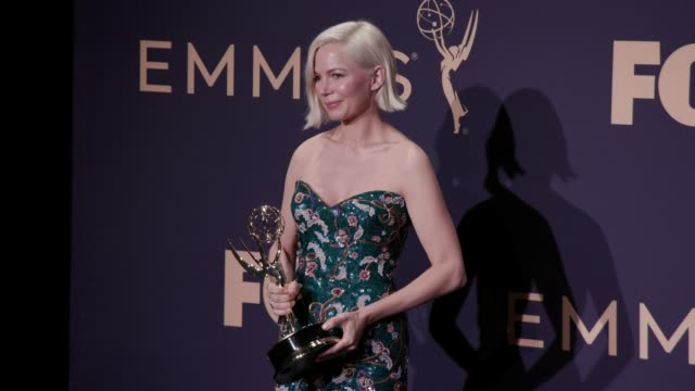 vídeos de stock, filmes e b-roll de michelle williams at the 71st emmy awards press room at microsoft theater on september 22 2019 in los angeles california - michelle williams